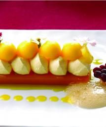 Bavarois mangue et passion sur une gelée d'abricot, espuma chaud à la vanille