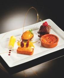 Assiette gourmande : Moelleux au chocolat sauce noisette, mini crème brulée, sorbet fruit de la passion (servi dans un tamarillo), mini lingots, cannellonis de mangue/crème citron