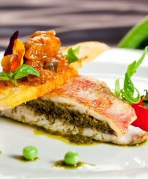 Filet de rouget, bouquet provençal, salade, toast à la riste d'aubergine