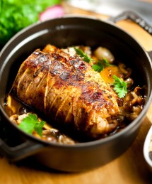 Poitrine de veau farcie cuite à basse température, confiture d'oignons doux, champignons des bois et jus de veau