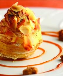 Pomme confite aux amandes, streusel, coulis caramel au beurre salé