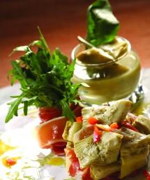 Salade roquette aux cœurs d'artichauts, jambon Serrano et crème d'artichauts aux herbes