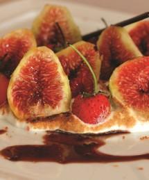 Sur un sabayon, figues, framboises, fraises et vinaigre balsamique de Modène aux figues