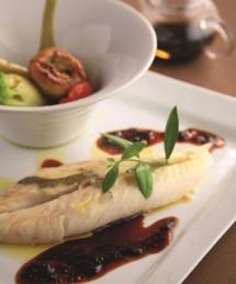 St- pierre rôti à l'huile d'olive, jus de veau au confit d'algues et wasabi, légumes d'ici