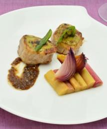 Mignon de porc rôti au pesto de sauge, rhubarbe confite au jus de rôti de porc et guarana