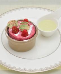 Soufflé glacé aux framboises, crème anglaise infusée au thé matcha