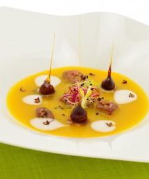 Velouté de potiron aux brisures de châtaignes et dés de foie gras, écume de lait parfumé à la noisette