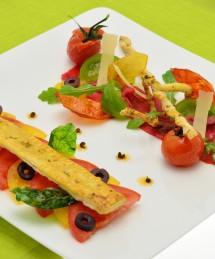 Superposition feuilletée au poivre vert, carpaccio de bœuf et de tomates colorées