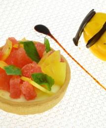 Tartelette garnie d'un carpaccio ananas et segments de pamplemousses au miel infusé de thé basilic, sorbet ananas basilic