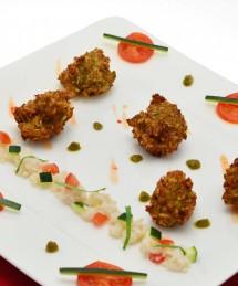 Accras de pommes de terre et crabe, condiment de courgette au curry