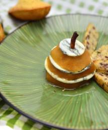 Madeleines aux gésiers de poulet confits, tranche de poire et roquefort. Saladine de saison à l'huile de noix et vinaigre doux.