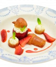 Baba de fraises confites au poivre du Sichuan, infusion menthe-basilic, tiramisu aux feuilles de lime
