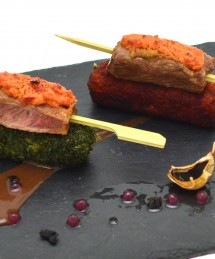 Brochettes de filet d'agneau gratinées à la feta et poivrons, jus corsé et perles de vinaigre d'échalote, croustillant de boulgour carthame