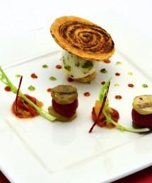 Arlette au concentré de bœuf, légumes confits, œuf parfait et sorbet betterave