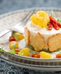Cheesecake salé décoré aux crackers et tomates jaunes pelées semi confites