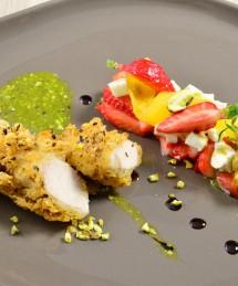 Tartare de fraises, tomates jaunes et mozzarella liées au pesto de pistache, bouchées de volaille panées au pois chiche, balsamique vieilli.