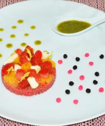 Compression de tomate, mozzarella et fraises marinée au pesto de pistache