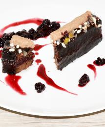 Cake au thé et noisette, cœur fruits rouge et glaçage chocolat