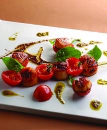 Brochette de Saint-Jacques aux tomates confites, huile d'herbes